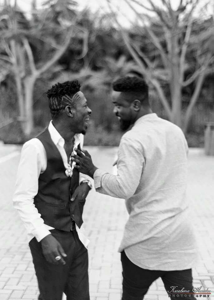 Sarkodie Proves To Shatta Wale That He's Not Broke As He Says – Shares Money To His Fans