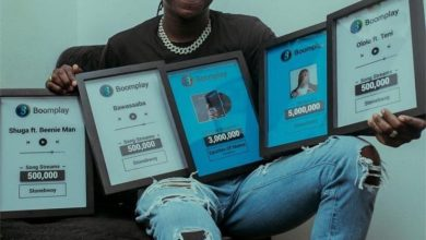 Photo of Stonebwoy receives plaques from Boomplay for being the highest streamed artist in Ghana