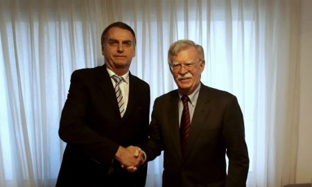 Bolsonaro e John Bolton: Brasil acima de tudo? Foto: Divulgação/Twitter John Bolton