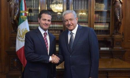 Obrador (à direita): sobrou para ele defender o abacaxi de Maduro. Foto: Presidência do México