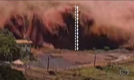 A onda de lama na mina da Vale em Brumadinho: 12 pessoas, ou 20 metros de altura. Foto: Reprodução/TV Globo