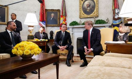 Eduardo Bolsonaro no Salão Oval: fiscalização do jeito que Trump gosta. Foto: Isac Nóbrega/PR
