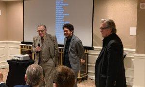 Bannon (à direita), com Olavo e o diretor Teófilo: a 1 quilômetro da Casa Branca. Foto: Josias Teófilo/Twitter