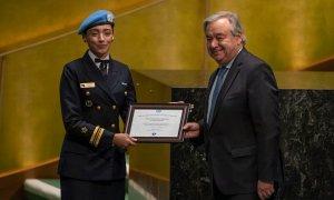 A capitão de corveta Marcia Braga e o secretário-geral da ONU: mulheres lutando pela paz. Foto: Missão do Brasil na ONU em Nova York