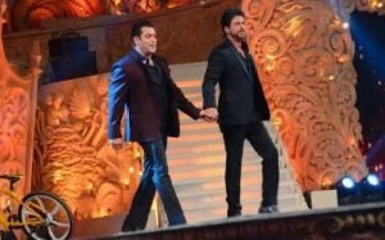 shah rukh khan and salman khan rehearsing for an award funtion together