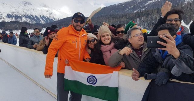 shahid afridi शाहिद अफरीदी asks fan to hold indian flag properly