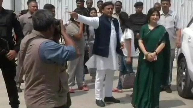 akhilesh yadav leaves govt bungalow सरकारी बंगला