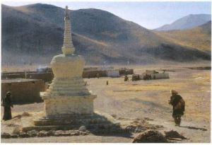 Image of a statue in the desert.