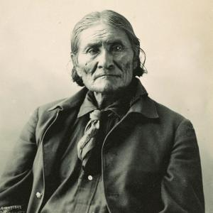 Black-and-white bust photograph of Geronimo.