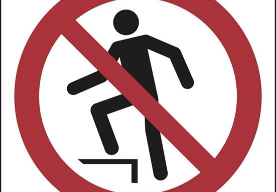 (vietato salire – no stepping on surface)