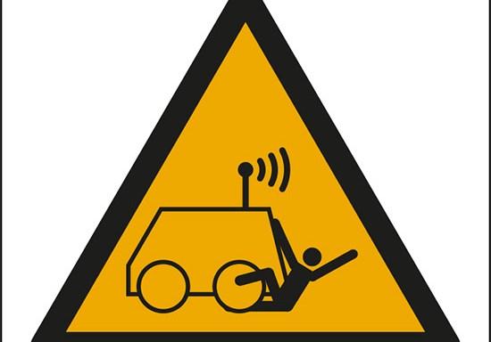 (pericolo: rischio di essere investiti da veicoli comandati a distanza – warning: run over by remote operator controlled machine)