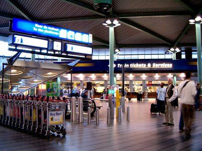 Schiphol vervangt informatiebalie door praatpalen en apps