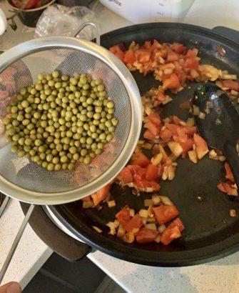 Chorizo en doperwten in pan paella
