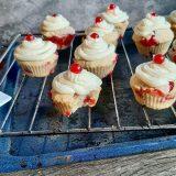 Cupcakes met rode bessen en botercrème