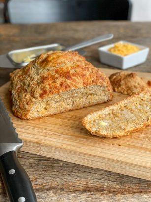Makkelijk brood met cheddar