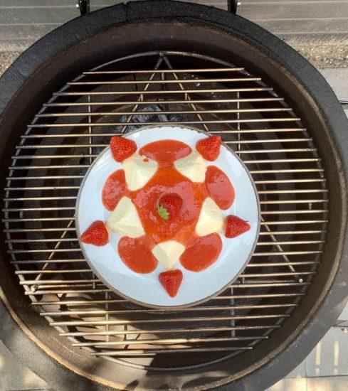 Gerookte panna cotta met pittige aardbeiencoulis