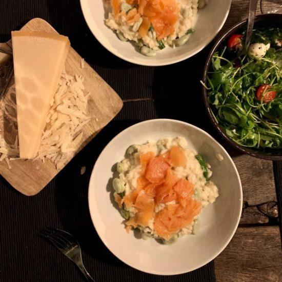Romige risotto met groene groenten en zalm