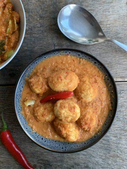Sambal goreng telor (eieren in pittige saus)
