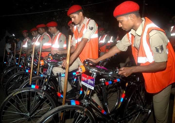 मनु महाराज साइकिलों से जवानों को रवाना किया।