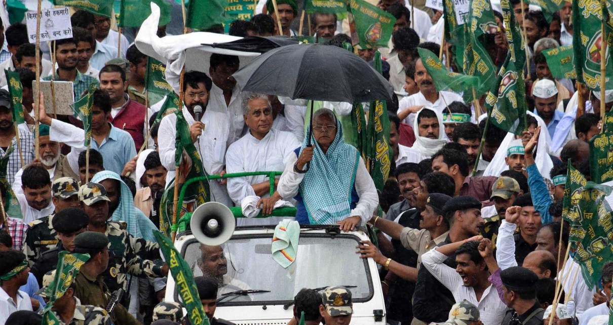 PATNA, MAR 15 (UNI):-  Rashtriya Janata Dal (RJD) Chief Lalu Prasad Yadav lead a march with party supporters to Raj Bhawan in protest against the Centre's policies on black money, Land Acquisition Act amendments and inflation in Patna on Sunday. UNI PHOTO-23U