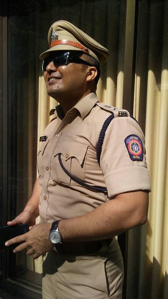 महाराष्ट्र पुलिस के यूनिफार्म में