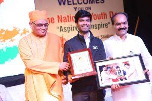 sharad-sagar-receiving-the-award-in-surat