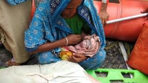 बाढ़ पीड़ित महिला ने NDRF की नाव पर बच्चे को जन्म दिया