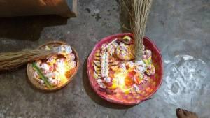 सामा-चकेबा: जानिए क्यों महिलाएं वृंदावन के तिनकों में आग लगाकर चुगला के मूंछों को जला देती हैं
