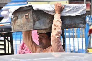 मजदूर दिवस: सो जाते हैं फुटपाथ पे अखबार बिछाकर, मजदूर कभी नींद की गोली नहीं खाते