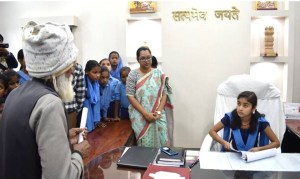 अनोखी पहल: बिहार के सीतामढ़ी जिले की डीएम और एसपी बनी सरकारी स्कूल की बच्चियां