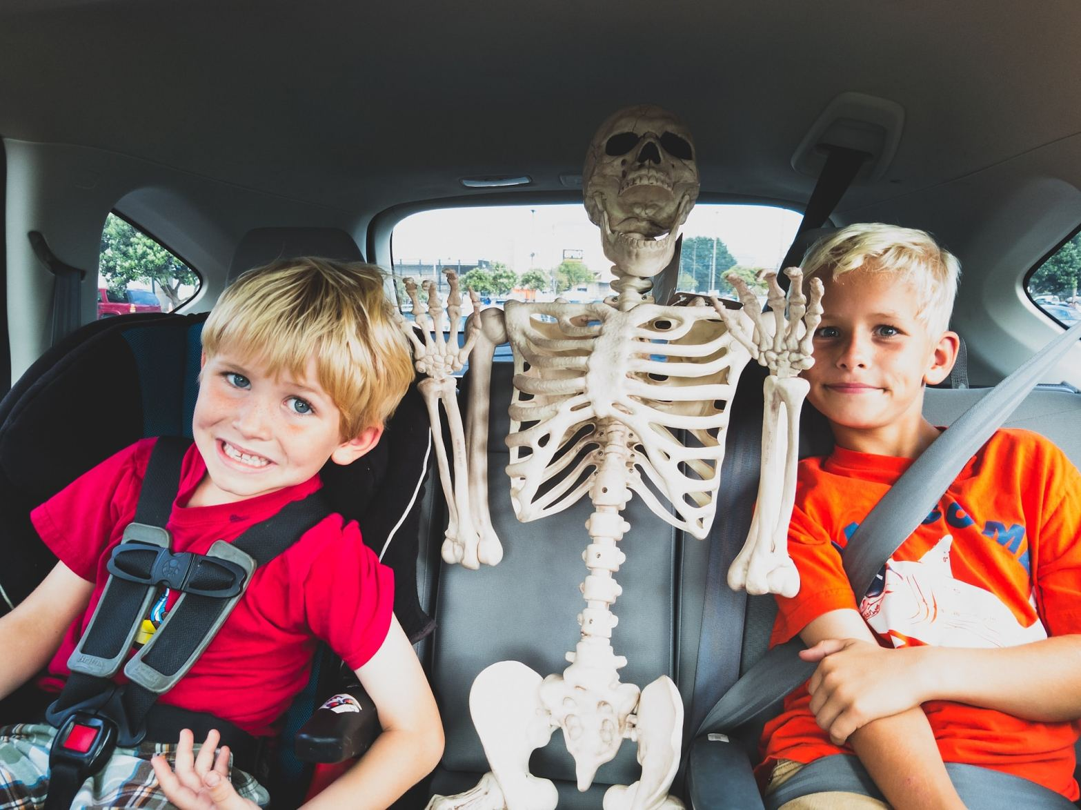 Elliot & Dylan in the backseat