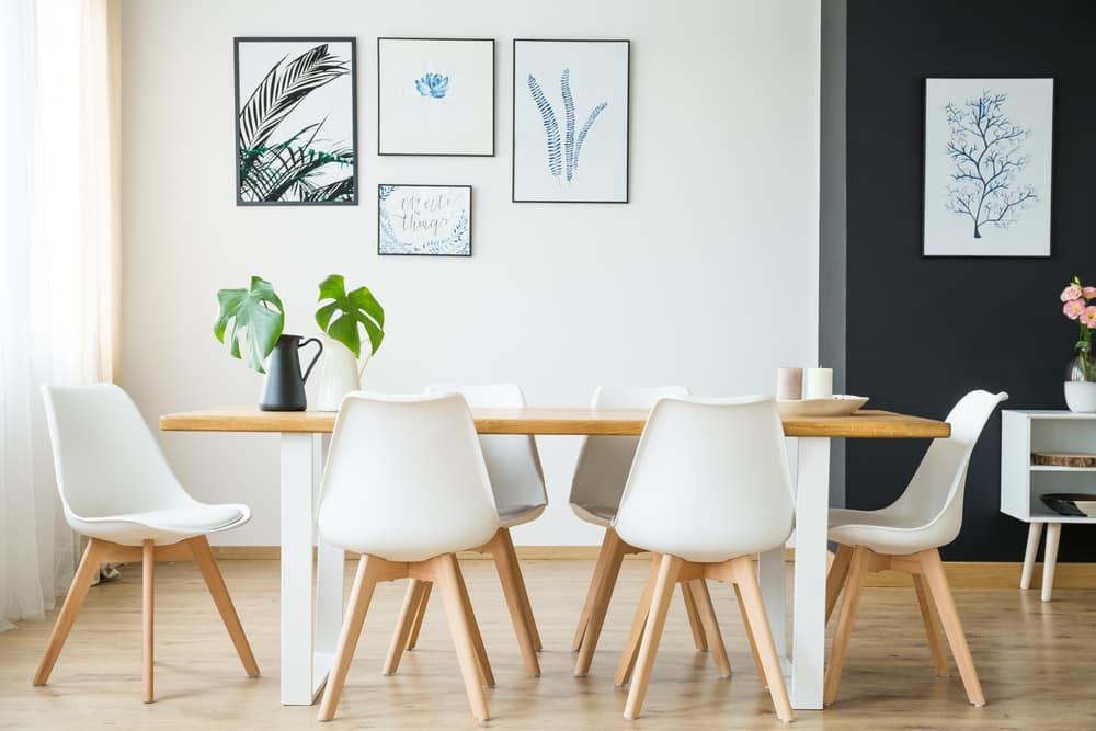 Space with table and chairs in white and wood tones - See 4 affordable ways to get out of routine in Interior Design