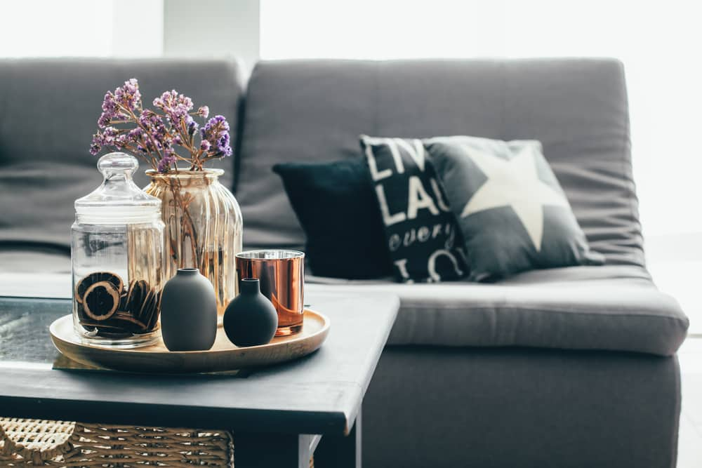 Gray sofa with a gray coffee table - See 4 affordable ways to get out of routine in Interior Design