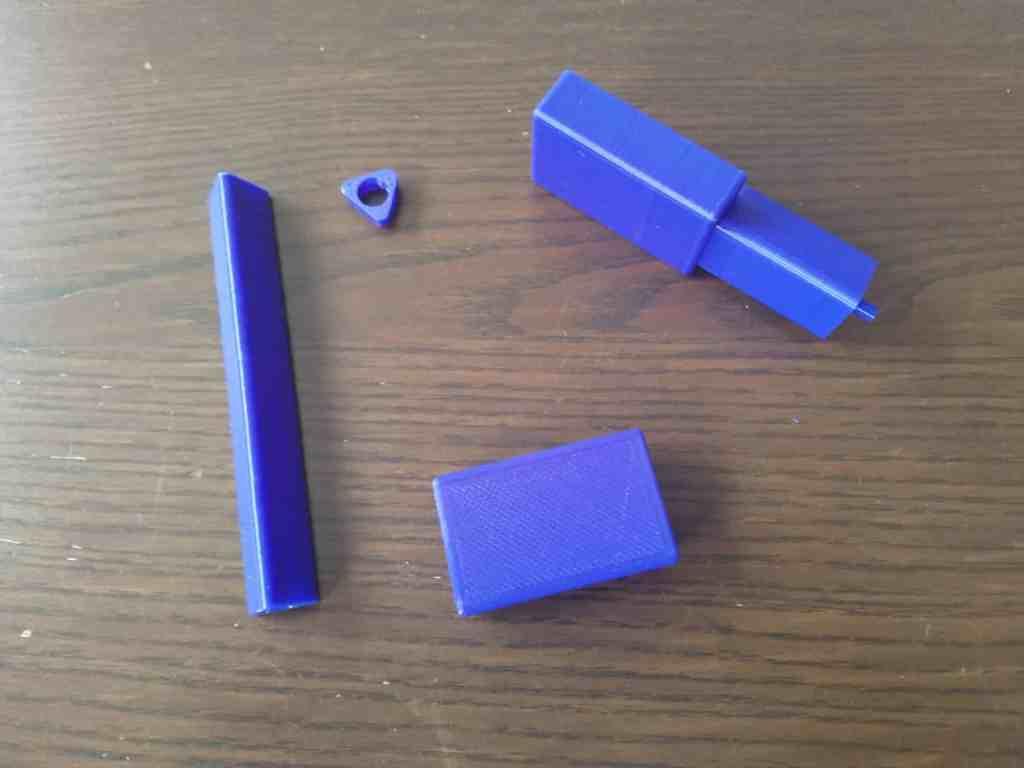 Einzelteile eines Prototypen des drucksensitiven Stifts in blauem PLA.