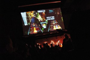 Videojuegos en un bar- torneo Guitar Hero