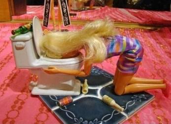 Barbie che vomita sulla tavolozza del water. Barbie hungover
