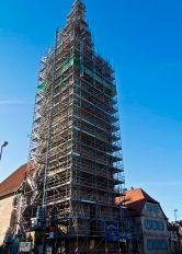 Der Kirchturm der Kirche Peter und Paul im Gerüst eingekleidet. Aus dem Jahr 2011.