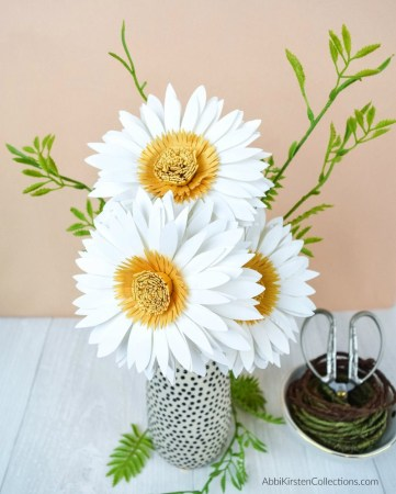 Paper daisy flower templates and tutorial.