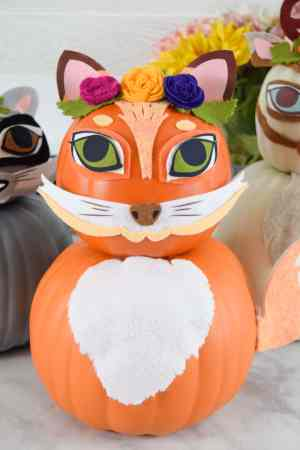 How to Make Woodland Animal Pumpkins for Easy and Fun Fall Decorating. Use felt and iron-on vinyl with your Cricut to craft a fox, deer and raccoon pumpkin decoration for your home!