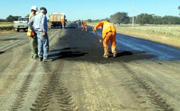 Colocación de la primera capa de asfalto en el subtramo 1 de  la Ruta Bioceánica en la zona de Loma Plata. Se espera que en los próximos días se realice la misma obra en el subtramo 20 de Carmelo Peralta.