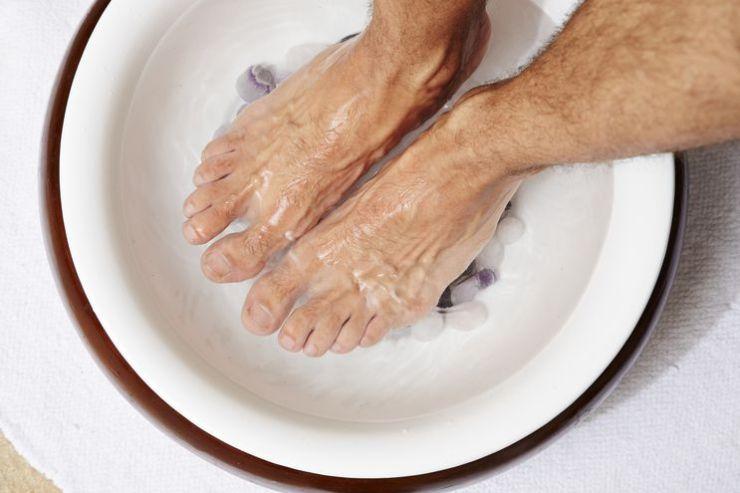 Hacerse baños en los pies puede ayudar para combatir los calambres frecuentes.