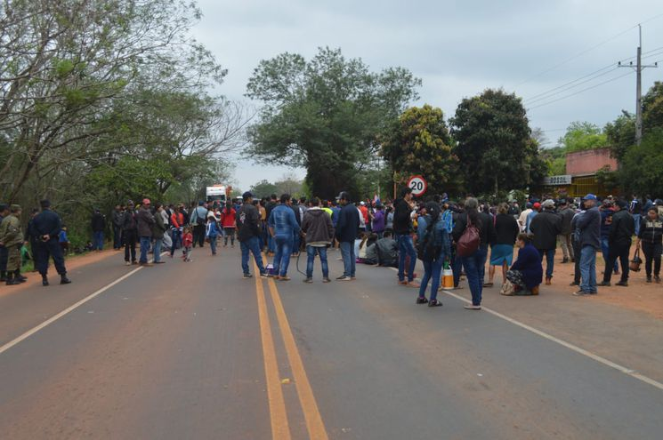 El tránsito está cortado hace una hora y genera una larga fila de vehículos.