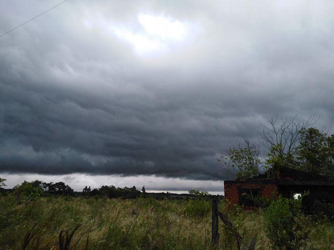 Tormenta, alerta, cielo nueblado, interior del país.