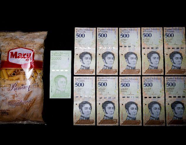 Un paquete de fideos, con la cantidad de bolívares necesarios para adquirirlo, equivalente a más de la mitad de un salario.