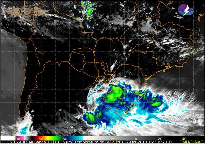 Mapa satelitar que muestra el avance de un frente de tormentas hacia nuestro país.