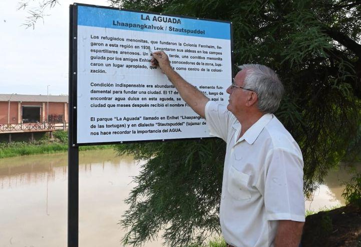 Neufeld muestra el cartel indicador de La Aguada, el primer sitio donde acaparon sus antepasados en 1930, hoy Filadelfia.