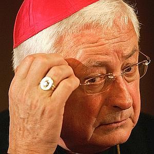 Unas bofetadas alcanzan a un obispo décadas después