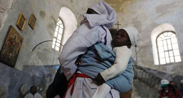 Una mujer cristiana y su hijo, en la basílica de la Natividad de Belén el pasado día 24 - Reuters / ABC.es