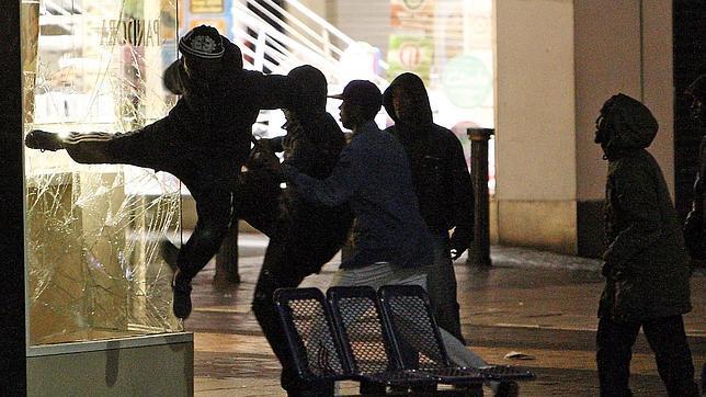 Los disturbios se extienden a otras ciudades de Inglaterra en la tercera noche de violencia
