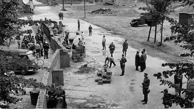 Varios obreros contruyen el muro el 13 de agosto de 1961. ABC